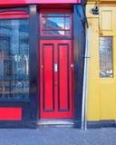 De van de heuvel, rode en gele deuren van Londen, Notting- Stock Afbeeldingen