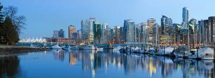 De Vancôver skyline da cidade BC no crepúsculo fotografia de stock