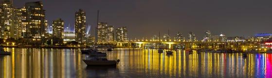 De Vancouver horizonte A.C. y puente de Cambie en la noche Foto de archivo