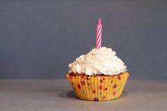 De Vanille het Berijpen en Kaars van chocoladecupcake royalty-vrije stock afbeelding