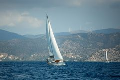 De varende boot van het luxejacht in het Egeïsche Overzees in Griekenland Sport stock fotografie