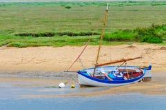 De varende boten beached in Brancaster Staithe Stock Foto