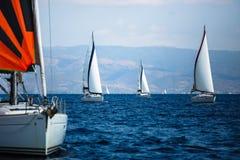 De varende boten van het luxejacht in Egeïsche Overzees Sport stock foto's