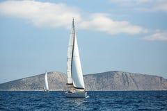 De varende boten van het luxejacht in regatta, Egeïsche Overzees stock fotografie