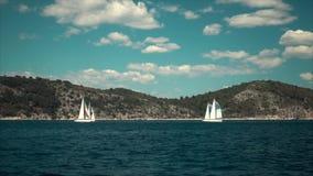De varende jachten van de schepenluxe met witte zeilen in het Overzees stock footage