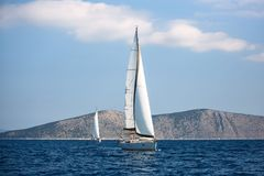 De varende luxeboten nemen aan de regatta van het zeiljacht, Egeïsche Overzees deel stock foto's
