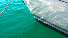 De varende stralen en de bezinning van de schipzon in super langzame motie stock footage