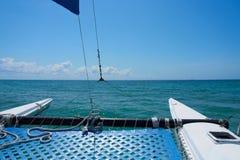De varende zeilen van de jachtcatamaran op de golven in de warme Caraïbische Zee Zeilboot sailing Cancun Mexico De zonnige dag va stock afbeeldingen