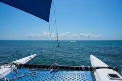 De varende zeilen van de jachtcatamaran op de golven in de warme Caraïbische Zee Zeilboot sailing Cancun Mexico De zonnige dag va stock foto
