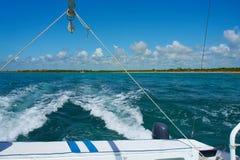 De varende zeilen van de jachtcatamaran op de golven in de warme Caraïbische Zee Zeilboot sailing Cancun Mexico De zonnige dag va royalty-vrije stock foto