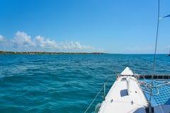 De varende zeilen van de jachtcatamaran op de golven in de warme Caraïbische Zee Zeilboot sailing Cancun Mexico De zonnige dag va royalty-vrije stock foto's
