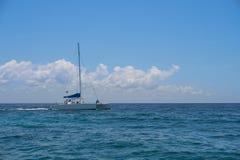 De varende zeilen van de jachtcatamaran op de golven in de warme Caraïbische Zee Zeilboot sailing Cancun Mexico De zonnige dag va royalty-vrije stock afbeelding