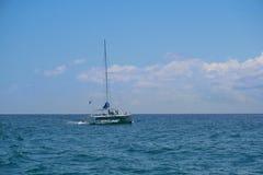 De varende zeilen van de jachtcatamaran op de golven in de warme Caraïbische Zee Zeilboot sailing Cancun Mexico De zonnige dag va stock afbeelding