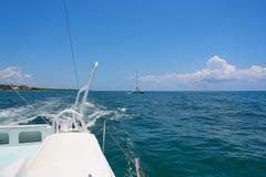 De varende zeilen van de jachtcatamaran op de golven in de warme Caraïbische Zee Zeilboot sailing Cancun Mexico De zonnige dag va stock foto's
