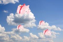 De varken-muntstuk dozen zitten op witte wolken Stock Fotografie