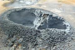 De varma geysersna för svavel på Hverir i Island arkivbild