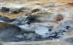 De varma geysersna för svavel på Hverir i Island royaltyfri foto