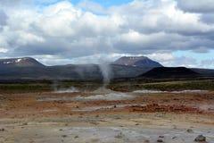 De varma geysersna för svavel på Hverir i Island royaltyfri bild