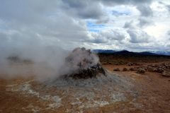 De varma geysersna för svavel på Hverir i Island royaltyfria bilder
