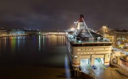 De vastgelegde veerboot bij de meertros bij nacht Stock Afbeelding