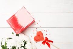 De vastgestelde Dag van FO Valentine ` s met bloemen, gift en liefje Royalty-vrije Stock Afbeeldingen
