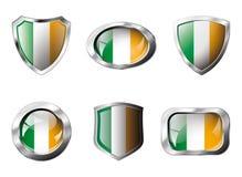De vastgestelde glanzende knopen van Ierland en schilden van vlag Stock Fotografie