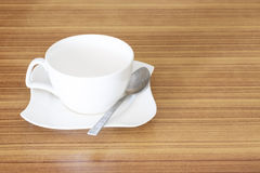 De vastgestelde hoogste mening van de koffiekop over houten bureau Stock Foto's