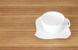 De vastgestelde hoogste mening van de koffiekop over houten bureau Stock Afbeeldingen