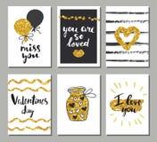 De vastgestelde kaarten van de valentijnskaartendag Kalligrafie, het van letters voorzien en gouden hand getrokken ontwerpelement Stock Afbeeldingen