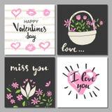 De vastgestelde kaarten van de valentijnskaartendag Kalligrafie, het van letters voorzien en hand getrokken ontwerpelementen Stock Afbeelding