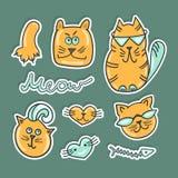 De vastgestelde Leuke katten van de stickerkrabbel De kleurrijke dieren van flardkentekens Stock Afbeeldingen