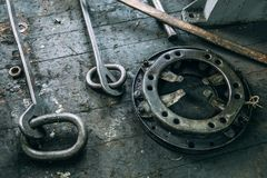 De vastgestelde machines van het klemmenmalen op de bank royalty-vrije stock foto