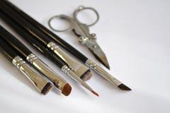 De vastgestelde reeks van de hulpmiddelengrimeur A verschillende borstels van de make-upkunstenaar en de schaar liggen in hoek royalty-vrije stock afbeelding
