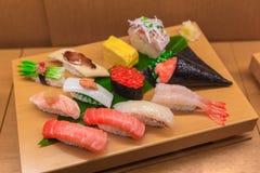 De Vastgestelde vervalsing van de sushimengeling van Japans voedsel op bamboehout royalty-vrije stock foto