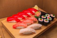 De Vastgestelde vervalsing van de sushimengeling van Japans voedsel op bamboehout stock foto's