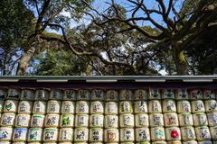 De vaten van de belangenrijst stapelden zich omhoog met groene en rode inschrijvingen in Yoyogi-Park op royalty-vrije stock foto