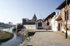 De Vaten van de crematie in Pashupatinath, Katmandu Stock Foto's