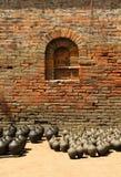 De vazen van de klei die voor het drogen met bakstenen muur worden gehouden Royalty-vrije Stock Fotografie