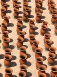De vazen van de klei die voor het drogen worden gehouden Stock Afbeelding