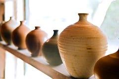 De vazen van het aardewerk op plank Royalty-vrije Stock Fotografie
