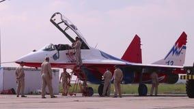 De vechter van bediendenmig 29 op airshow stock videobeelden