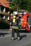 De vechter van de brand op zijn manier aan de plaats van verrichting Royalty-vrije Stock Afbeelding