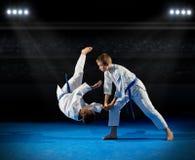 De vechters van jongensvechtsporten in sporthal Stock Fotografie