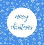 De vector blauwe Heldere Vrolijke van letters voorziende tekst van de Kerstmisborstel op blauwe achtergrond met sneeuwvlokken stock illustratie