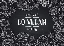 De vector gaat de achtergrond van het veganistbord met krabbel handdrawn vruchten en groenten stock illustratie