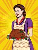 De vector kleurrijke grappige illustratie van de pop-artstijl van een mooie huisvrouw met traditioneel dankzeggingsvoedsel Royalty-vrije Stock Foto