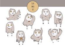 De vector leuke illustratie met hand getrokken reeks kleurrijke uilen in verschillend stelt en diverse emoties op gezicht, met ge Stock Foto's