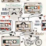 De vector naadloze achtergrond met oude cassettehoofdtelefoons neemt nota van bi Royalty-vrije Stock Foto