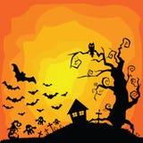 De vector oranje achtergrond van Halloween met vele vliegende knuppels, oud huis, spoken, graven, uil, boom stock illustratie