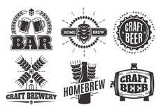 De vector uitstekende emblemen van het ambachtbier baretiketten en emblemen Stock Afbeeldingen